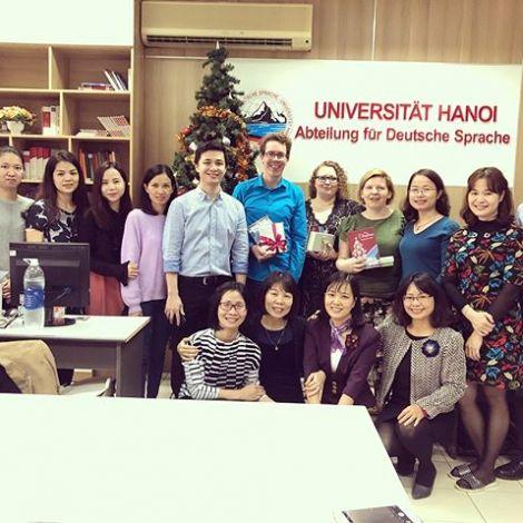 Gruppenfoto: Andreas und sein Kollegium vor einem Weihnachtsbaum an der Universität Hanoi.