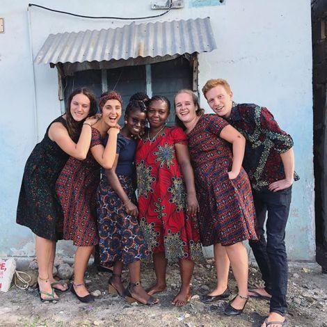 Gruppenfoto: Studentin Anastasia mit Freundinnen und einem Freund in Kleidung aus bunten afrikanischen Stoffen.
