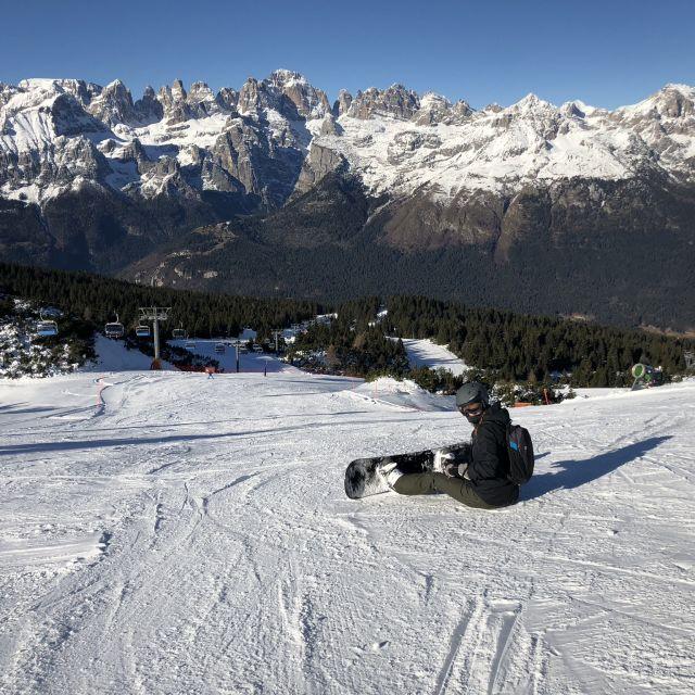 Studentin Carina beim Snowboarden auf einem Berg in Italien.