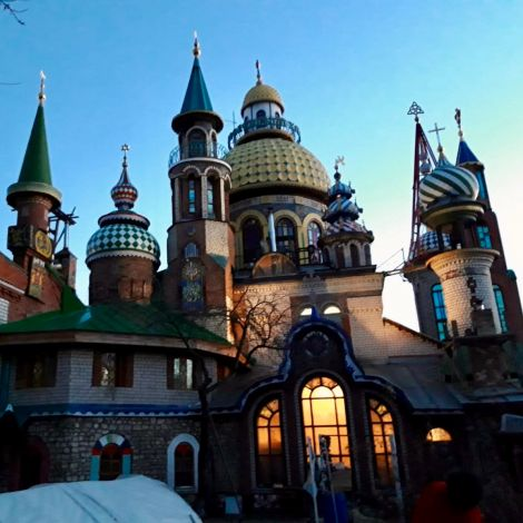 ein selbstgebauter Tempel in vielen Farben mit einer Menge Zwiebeltürmen