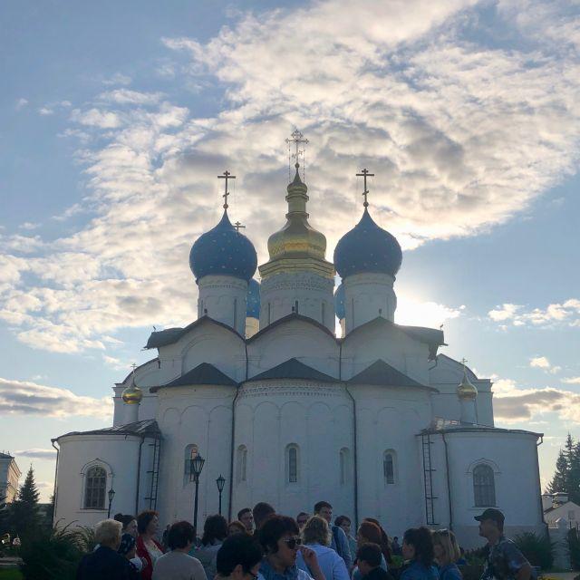 die große weiße Kathedrale mit zwei blauen Zwiebeltürmen