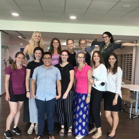 Ein Gruppenfoto von Assistenzlehrkräften an der Deutsch-europäischen Schule in Singapur.