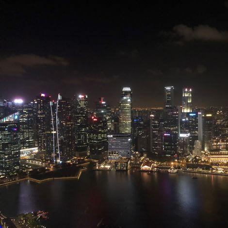 Die Skyline von Singapur bei Nacht