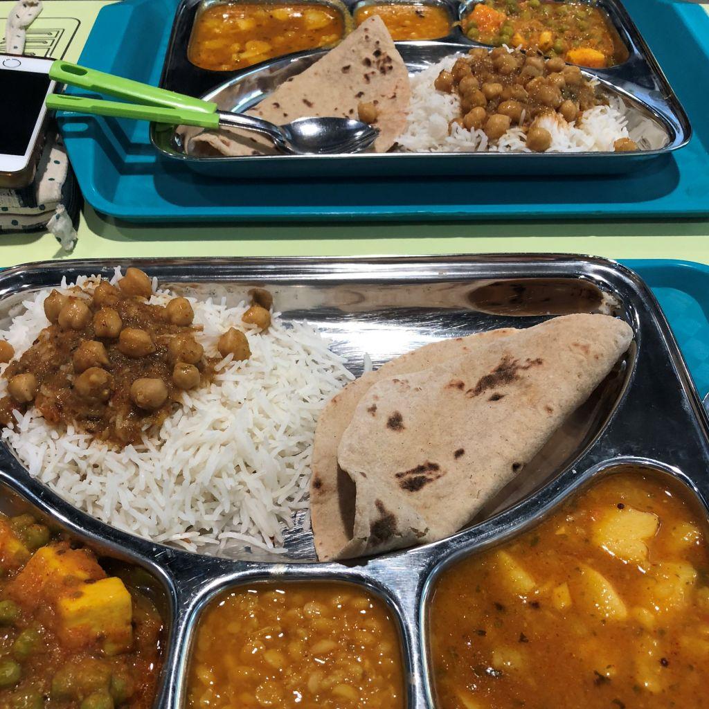Metalltablett mit indischem Gericht
