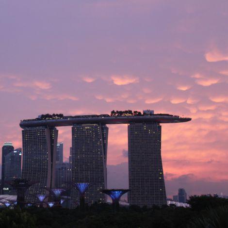 Marina Bay Dans Hotel und Skyline Singapurs im Sonnenuntergang
