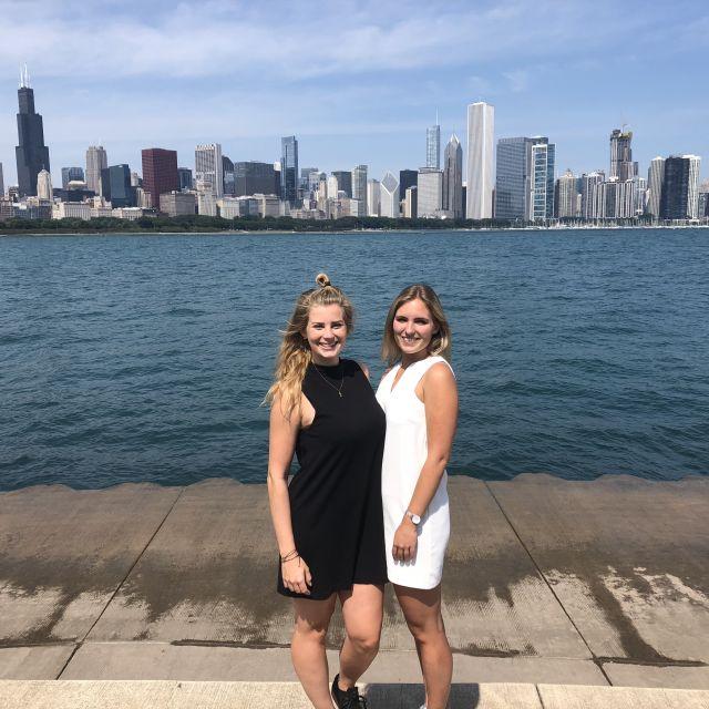 Leonie und eine Freundin vor der Skyline von Chicago.