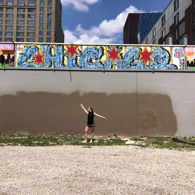 Leonie posiert vor einer Wand.