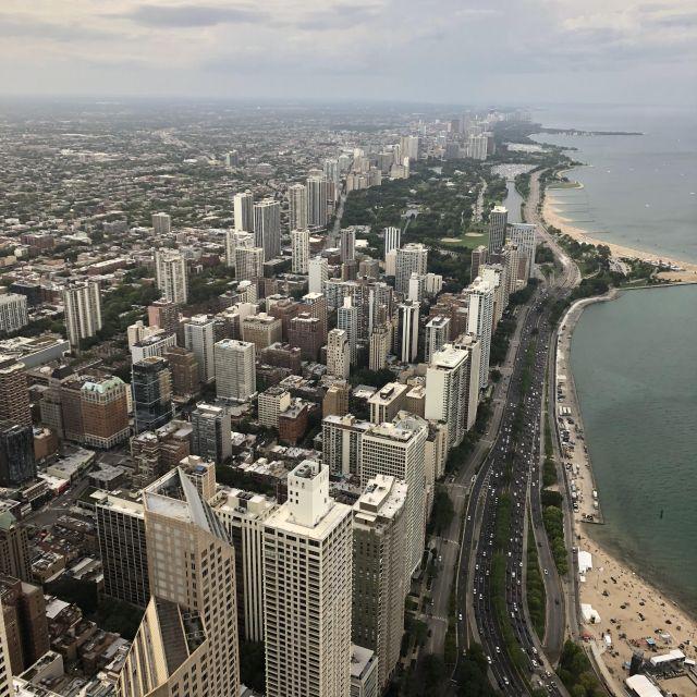 Blick auf eine US-amerikanische Großstadt von oben.