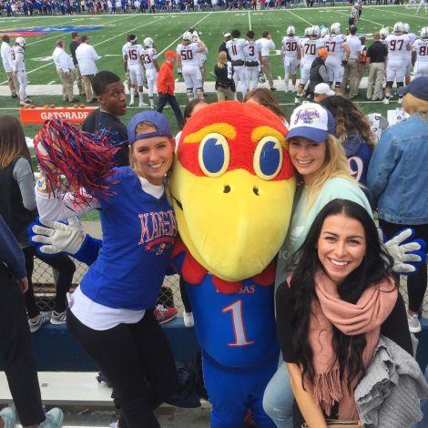 Gruppenfoto: Leonie, ihre Freundinnen und das Uni-Maskottchen vor dem Footballspiel.