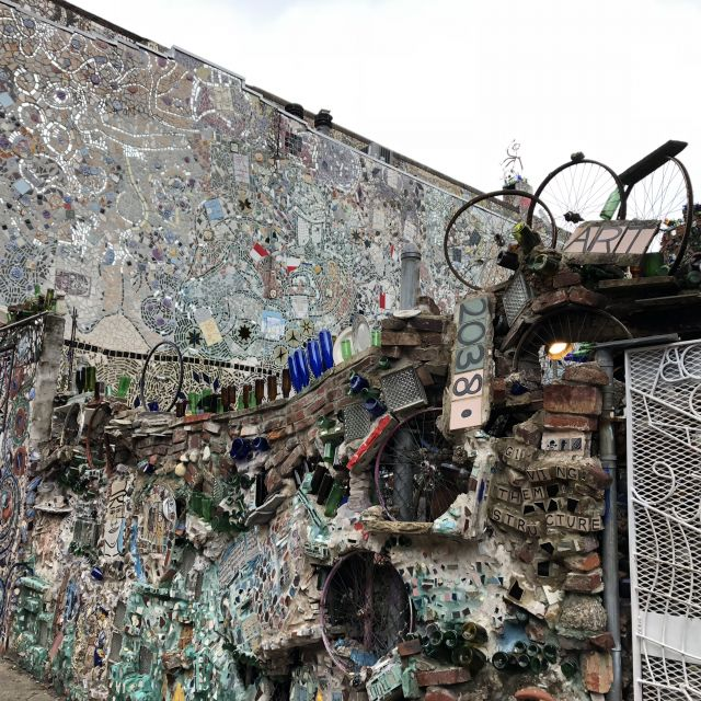 Eine mit Mosaik und Gerümpel geschmückte Hauswand in den USA.