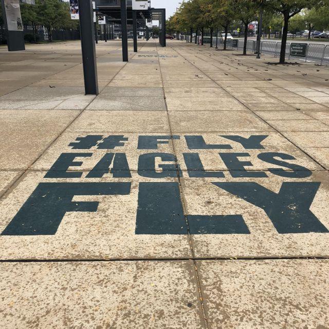 Schriftzug auf einem amerikanischen Gehweg: #FlyEaglesFly