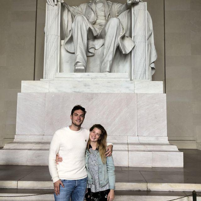 Leonie und ihr Freund posieren vor dem Lincoln Memorial in Washington, DC.