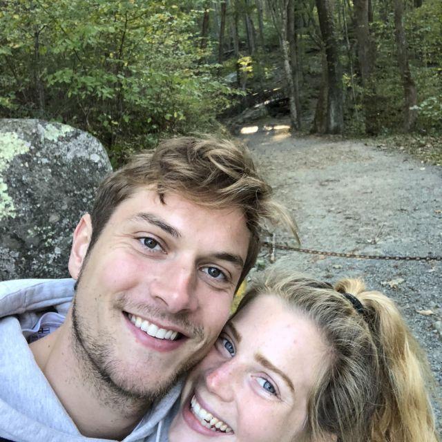 Selfie: Leonie und ihr Freund auf einem Wanderweg in einem Wald in den USA.