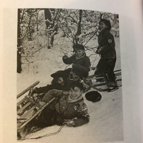Frohe Winterferien, abfotografierte Seite aus einem Buch über vietnamesische Familien in der DDR.