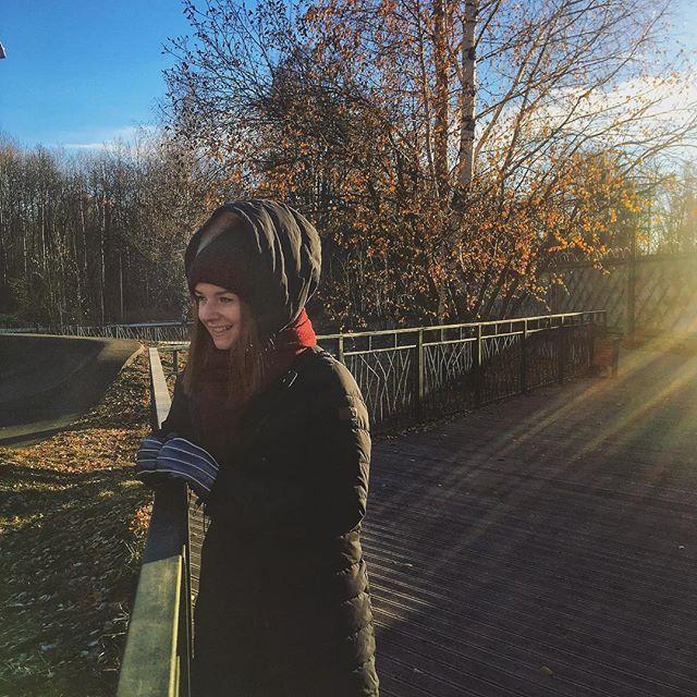 Studentin Saskia steht warm eingepackt auf einer hölzernen Aussichtsplattform im russischen Kasan.