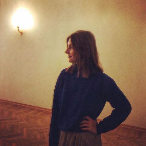 Studentin Saskia steht im Vorraum des Ballettheaters von Kasan.