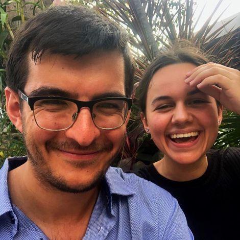 Student Simon und seine Freundin Anna sehen etwas müde aus, lächeln aber fürs Foto.