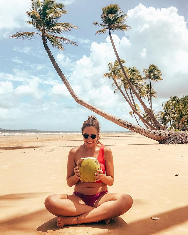 Me and my coconut 🌴 #beach #coconut #speckbauch . #erlebees