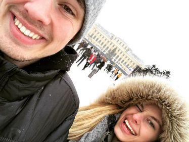 Ein Selfie, das Student Max und seine Schwester Anna vor dem Schloss Schönbrunn in Wien zeigt.