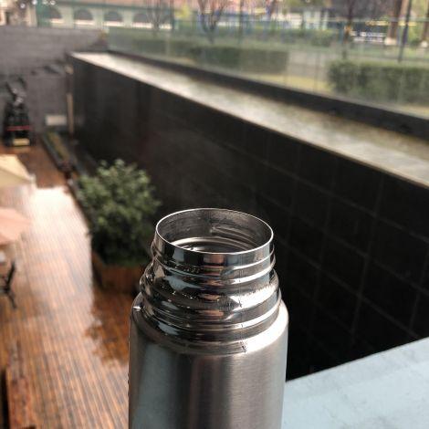 Eine Thermoskanne aus Aluminium.