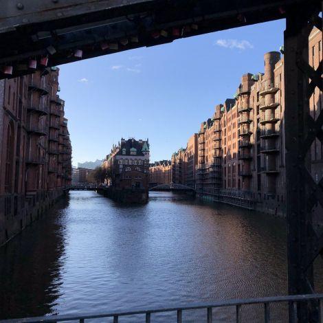 Blick auf die Speicherstadt in Hamburg bei blauem Himmel.