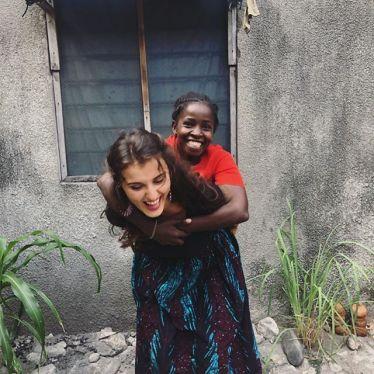 Anastasia nimmt ihre tansanische Freundin Beatrice auf den Rücken