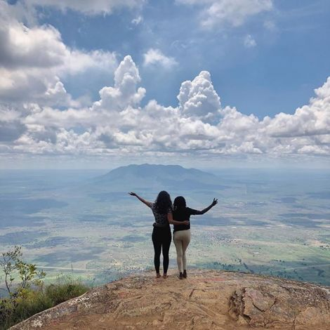 Studentin Anastasia und ihrer Freundin Dorothea stehen auf einer Bergspitze in Tansania.