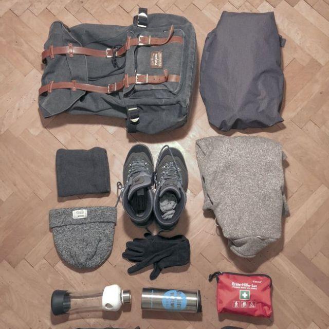 Flatlay von Schuhen und Rucksack