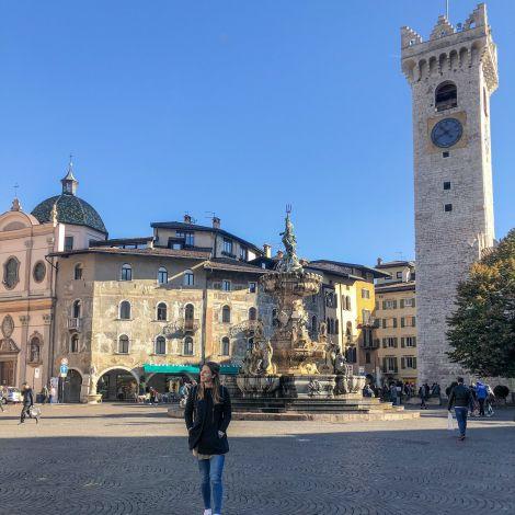 Carina auf dem Marktplatz in Trentino.