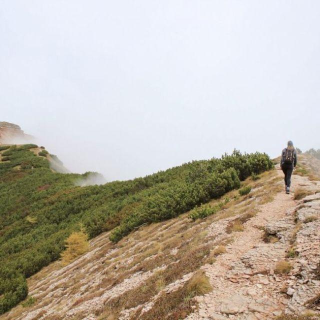 Studentin Carina beim Wandern in den italienischen Bergen.