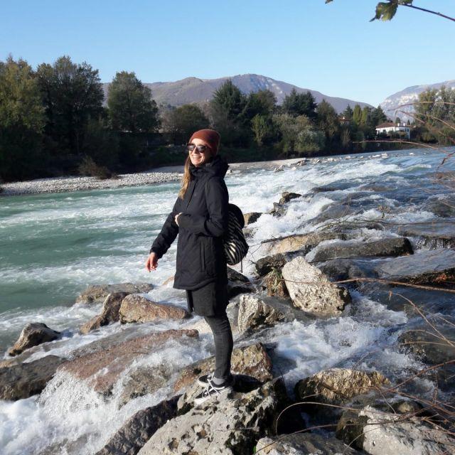 Carina steht an einem Fluss