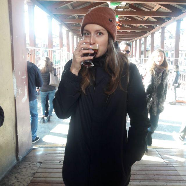 Carina trinkt aus einem Glas