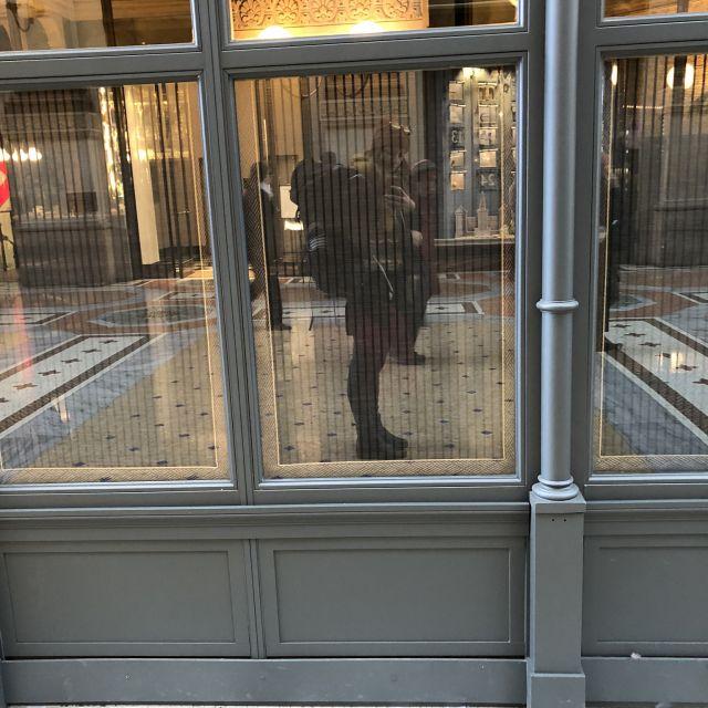 Spiegelbild von Carina mit Rucksack im Fenster