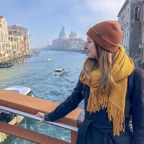 Studentin Carina mit Venedig und Fluss im Hintergrund