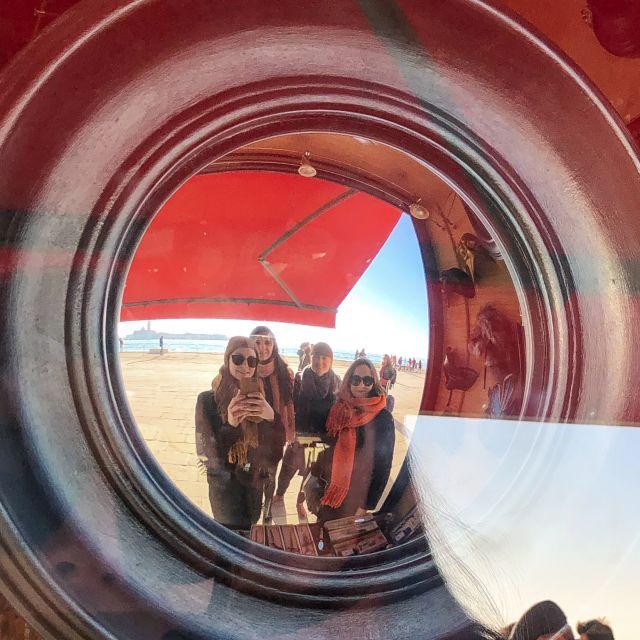 Spiegel-Selfie einer Gruppe Stundentinnen in Venedig.