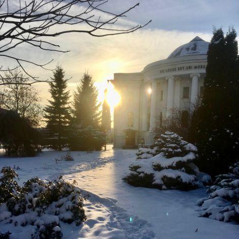 Der Hauptcampus mit Schnee