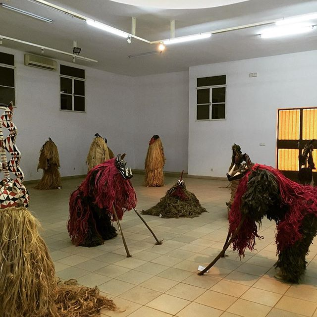 Musée national de Ouagadougou: eine maskenausstellung. Es gibt die…