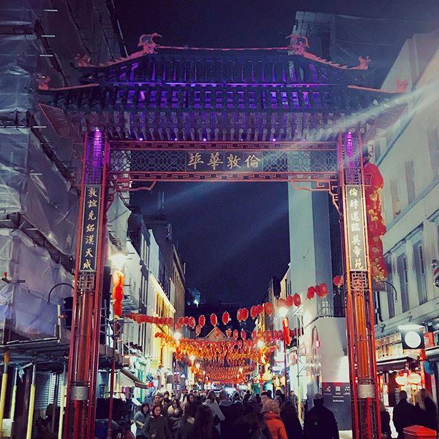 Geschmückte Straße zum chinesischen Neujahrsfest.