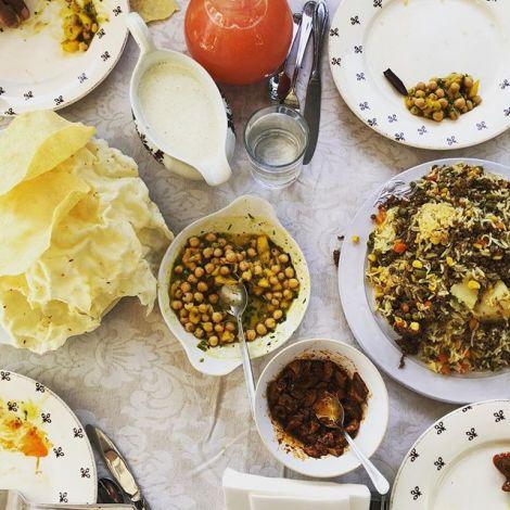 So sieht ein perfekter Tisch aus. Ein traditionell indisches Gericht mit…