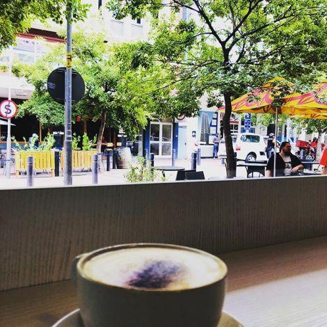 Eine Tasse mit Kaffee in einem Straßencafé in Kapstadt.