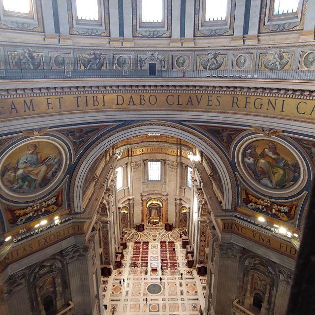 Blick ins Innere des Petersdoms vom Aufsteig der Kuppel aus