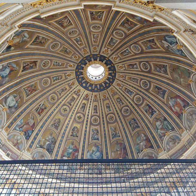 Wunderschöne Kunstwerke im Inneren der Kuppel des Petersdoms