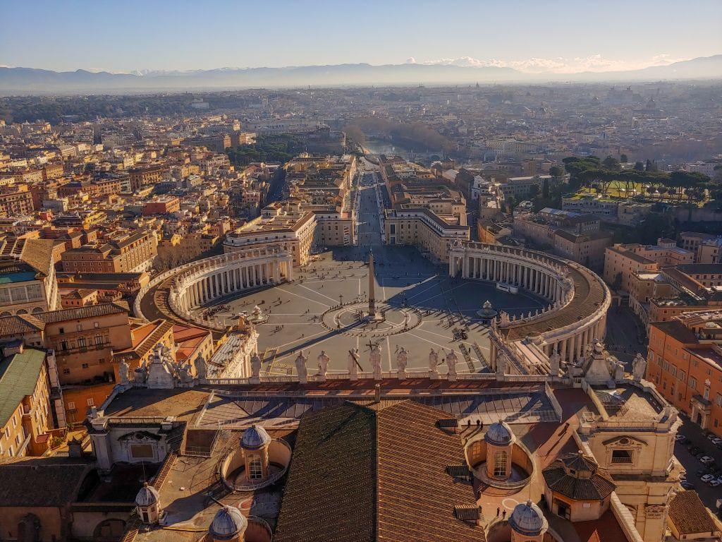 Aussicht über Rom von der Kuppel des Petersdoms. Im Vordergrund sieht man den Petersplatz