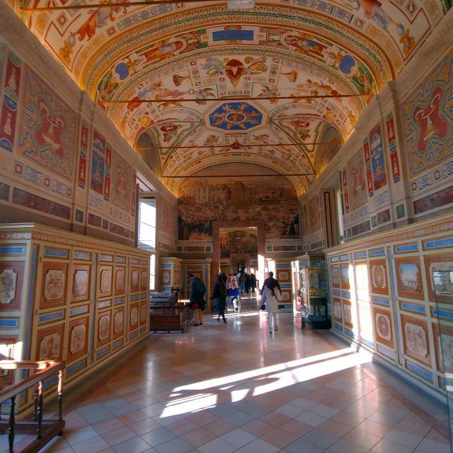 """Ein """"ganz normaler"""" Gang in den Vatikanischen Museen, vergoldete Decke mit Deckenmalerein"""