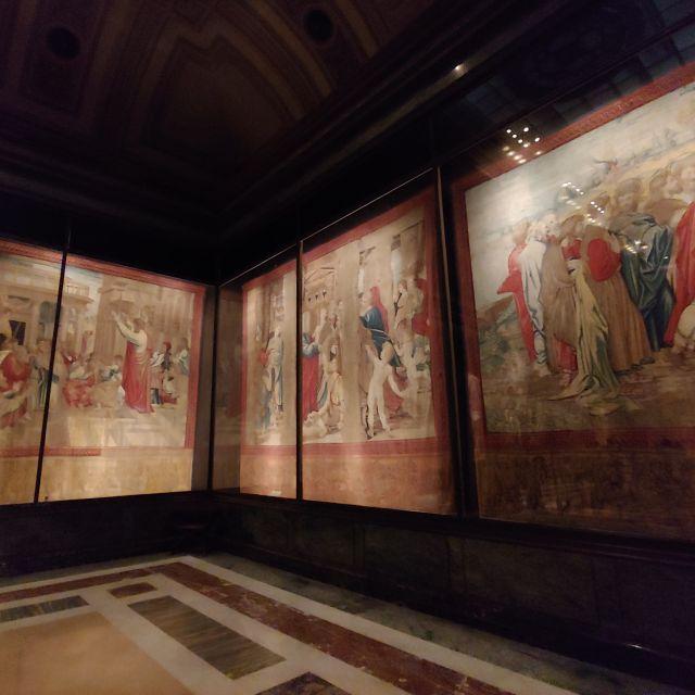 Mittelalterliche Wandteppiche, tlws. mehrere Meter lang/hoch. Zu sehen sind verschiedene Stickereien auf den Teppichen hinter Glasvitrinen
