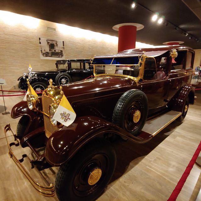 Auch eine Ausstellung über die veschiedenen Fahrzeuge der Päpste findet sich in den Vatikanischen Museen. Zu sehen ist hier das Auto des Papstes in den 1920/1930er Jahren, ein richtiger Oldtimer geschmückt mit der Fahne des Vatikans.