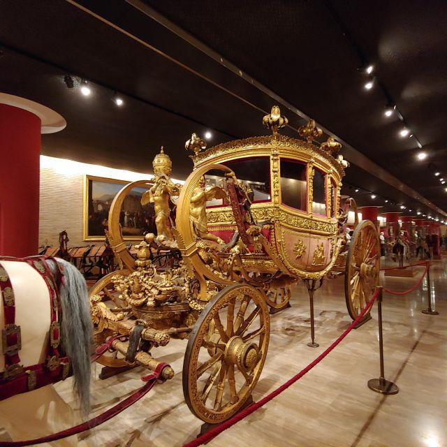 Auch eine Ausstellung über die veschiedenen Fahrzeuge der Päpste findet sich in den Vatikanischen Museen. Zu sehen ist hier eine vergoldete Kutsche aus der Neuzeit.