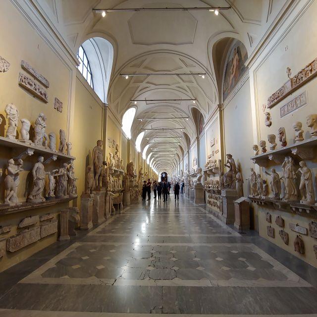 In den Vatikanischen Museen findet sich eine der größten Sammlung antiker römischer Bildhaukunst. Man sieht einen ganzen, schier endlosen Gang voller Skulpturen.