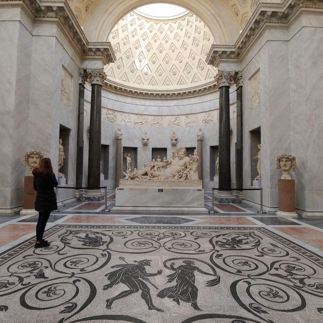 Neben Skulpturen sich auch römische Mosaike zu sehen. Der Boden des Museums, der vor einer großen römischen Skulptur zu sehen ist, ist ein einziges sehr gut erhaltenes Mosaik.