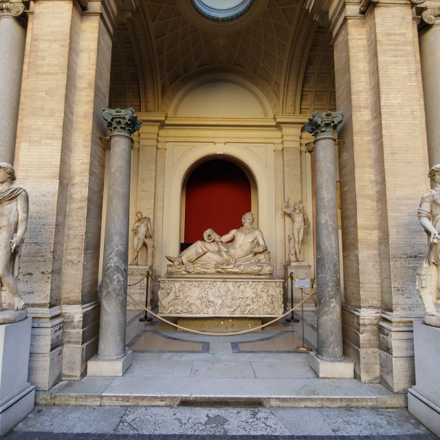 Auch in den zahlreichen Innenhöfen zwischen den einzelnen Abschnitten der Museen finden sich antike Kunstschätze. Zu sehen sind 3 vermutlich römische Skulpturen